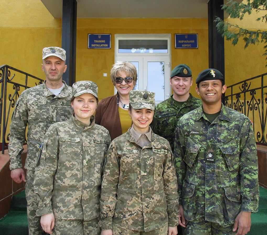 Roksolana Baran, Pedagogical Advisor, Canadian Forces Language School Saint-Jean Detachment (centre), on the steps of the training facility with the Ukrainian team and some of the Canadian members of the Joint Task Force - Ukraine who supported her. Photo: ©2018 DND/MDN Canada.