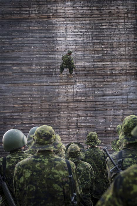 Candidates of Bold Eagle 2018 descend the rappel tower during a confidence-building exercise at Canadian Forces Base/Area Support Unit Wainwright on August 8, 2018.  Photo: Corporal Jay Ekin, Wainwright Garrison Imaging. ©2018 DND/MDN Canada.